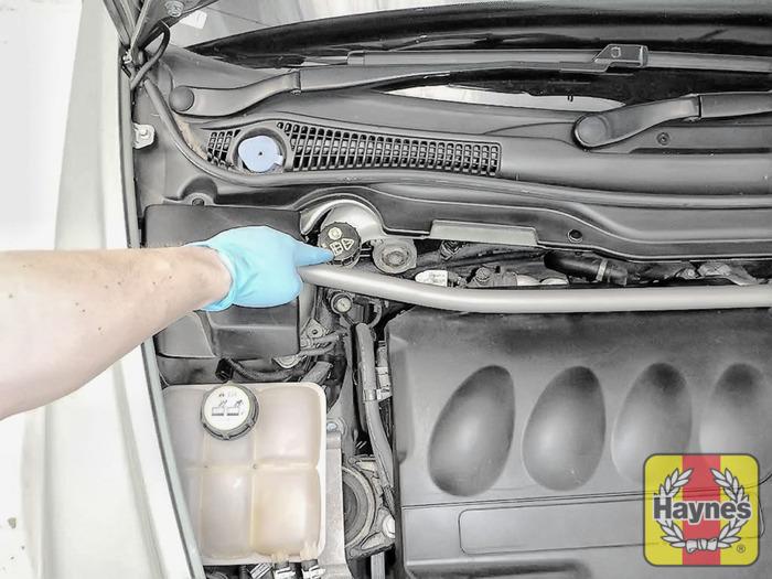 volvo v50 2004 2007 2 0d checking brake fluid haynes publishing rh haynes com 2004 Volvo S40 Volvo C30