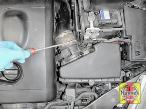 Illustration of step: Undo the circular clip on the air intake, use a 7mm socket or a screwdriver - step 3