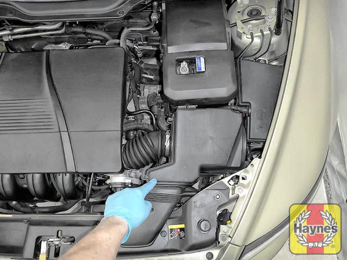 volvo v50 2004 2007 1 8 air filter change haynes publishing rh haynes com BMW 325I Fuel Filter Symptoms Kayser Fuel Filter