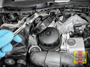 Illustration of step: Using a 76/14F filter wrench socket, fit the tool securely onto the oil filter housing - step 5