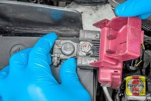 Illustration of step: Check the Positive (+) terminal clamp is tight - step 3