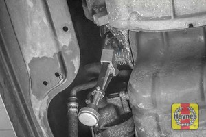 Illustration of step: Using an oil filter wrench, unscrew the filter anticlockwise and remove the old oil filter - step 4
