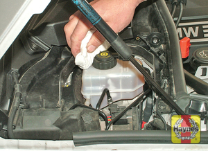 Illustration of step:  If topping-up is necessary, first wipe clean the area around the filler cap to prevent dirt entering the hydraulic system - Safety first! - step 30