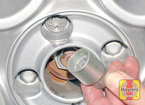Illustration of step:  Where applicable, using the screwdriver provided, prise off the wheel trim or centre cover for access to the wheel bolts - step 3