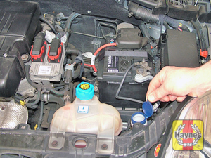 Illustration of step:  Open the windscreen/headlight washer fluid reservoir cap  - Screen/headlight washer fluid level - step 40