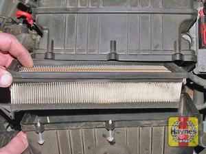 Illustration of step:  Note the orientation of the filter element  - SOHC 8v models - step 4