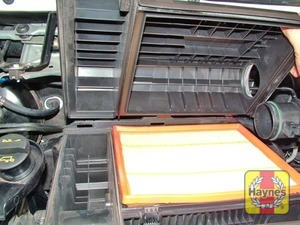 Illustration of step:  Lift up the air cleaner cover at the front and disengage the three retaining tabs at the rear  - Front-wheel drive vehicles - step 9