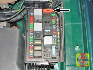 Illustration of step: On the left-hand side of the engine compartment, the fusebox includes tweezers  - step 2