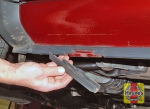 Illustration of step:  Using the wheel nut brace, unscrew the retaining nuts and remove the spare wheel from the bracket - step 4