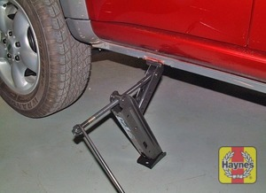 Illustration of step:  Turn the handle to raise the vehicle until the wheel is clear of the ground - step 7