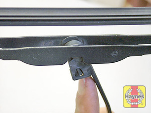 Illustration of step:  Pull the blade away from the screen, rotate it 90°, depress the clip and slide it from the arm - Rear wiper blade - step 7