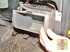 Illustration of step: Rotate the fastener anti-clockwise and remove the driver's side coin tray to access the fusebox - step 1