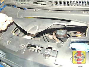 Illustration of step:  Where applicable, lift up the access panel in the centre of the engine cover - Vehicle care - step 9