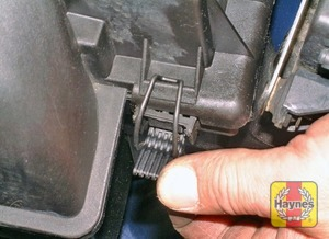 Illustration of step:  Release the four air filter cover retaining clips  - M43TU 4-cylinder engine - step 3