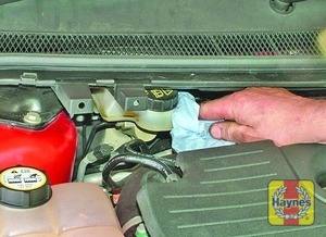 Illustration of step:  If topping-up is necessary, first wipe clean the area around the filler cap to prevent dirt entering the hydraulic system - Brake and clutch fluid level - step 29