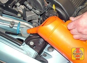 Illustration of step:  When topping-up the reservoir, a screenwash additive should be added in the quantities recommended on the bottle - Screen washer fluid level - step 40