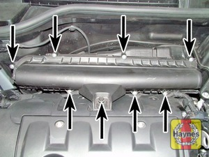 Illustration of step:  Air filter cover retaining screws (arrowed) – non-turbo models…  - step 4
