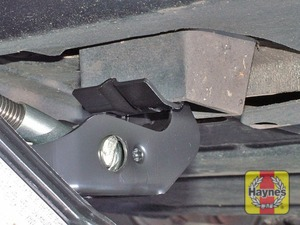 Illustration of step:  Locate the jack head under the jacking point nearest to the wheel that is to be removed - step 5
