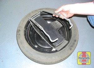 Illustration of step: Unhook and lower the cradle, then remove the spare wheel from underneath the vehicle - step 4