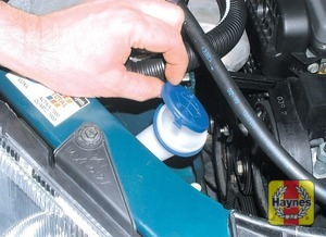 Illustration of step: The screen wash fluid reservoir filler neck is located on the right-hand side of the engine compartment, behind the headlight - Washer fluid level - step 41