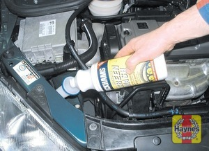 Illustration of step: When topping-up the reservoir, add a screen wash additive in the quantities recommended on the additive bottle - Washer fluid level - step 42