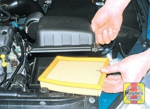 Illustration of step: Lift the lid and remove the filter element from the housing - All models except 1.4 DOHC - step 4