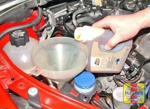 Illustration of step:  Top-up the reservoir with Total Fluide DA, using a funnel - Power steering fluid level - step 22