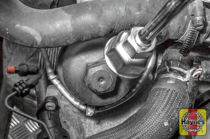 Peugeot Partner (2008 - 2016) 1.6 - Oil filter change - Haynes ...