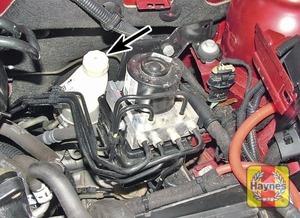 Illustration of step:  Power steering fluid reservoir filler cap (arrowed)  - Power steering fluid level - step 34