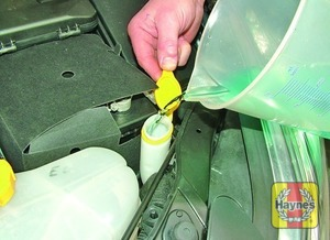 Illustration of step:  When topping-up the reservoir a screen wash additive should be added in the quantities recommended on the bottle - Screen washer fluid level - step 32