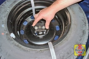 Illustration of step:  Unscrew the retainer and lift out the wheel - step 4