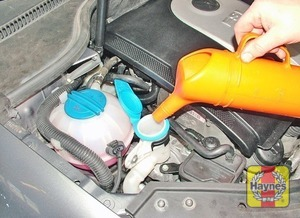Illustration of step:  When topping-up the reservoir, a screenwash additive should be added in the quantities recommended on the bottle - Washer fluid level - step 34