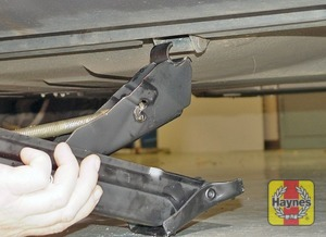 Illustration of step:  Engage the jack head with the reinforced bracket located in the middle of the sill on each side of the car (don't jack the vehicle at any other point of the sill) - step 6