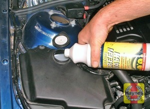 Illustration of step:  When topping-up, add a screenwash additive in the quantities recommended by the manufacturer - Screen washer fluid level* - step 40