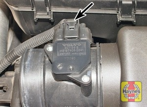 Illustration of step:  Depress the clip and disconnect the airflow meter wiring plug (arrowed)  - step 2