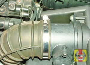 Illustration of step:  Slacken the air filter outlet hose clamp  - D5244 T to T3 engines - step 4