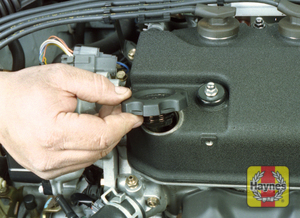 Illustration of step:  9 The oil filler cap is located on the valve cover - to prevent dirt from contaminating the engine, always make sure the area around this opening is clean before unscrewing the cap - Engine oil - step 13