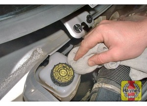 Illustration of step:  If topping-up is necessary, first wipe clean the area around the filler cap to prevent dirt entering the hydraulic system - Safety first! - step 28