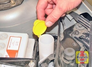Illustration of step:  The windscreen/tailgate washer fluid reservoir filler neck is located on the passenger side of the engine compartment,next to the battery - Screen washer fluid level - step 28