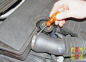 Illustration of step:  Release the hose clip near the oil filler cap - Duratec 16V engine - step 5