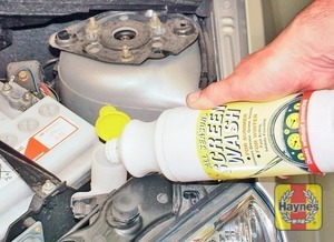 Illustration of step:  When topping-up the reservoir, a screenwash additive should be added in the quantities recommended on the bottle - Screen washer fluid level - step 29