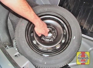 Illustration of step:  Lift out the spare wheel  - step 3