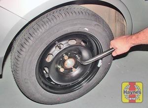 Illustration of step:  Lower the car to the ground, then finally tighten the wheel nuts in a diagonal sequence - step 8