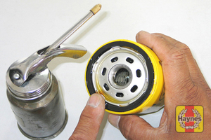 Illustration of step: Before installing the new filter, smear the sealing ring of the oil filter with a thin film of fresh oil, it makes it easier to remove next time - step 3