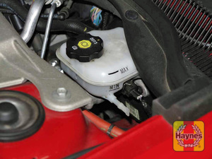 Illustration of step:  3 The brake fluid level should be kept between the MIN and MAX marks on the translucent plastic reservoir  - Brake and clutch fluid - step 25