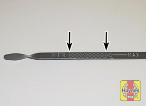 Illustration of step: MAX-MIN dipstick positions  - step 7