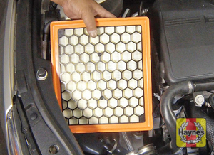 Illustration of step: 12 Pull up the housing cover, then lift the air filter element out of the housing - step 14