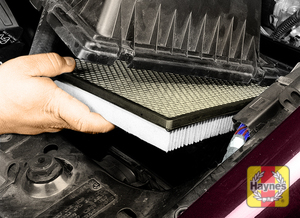 Illustration of step:  4 Lift the cover and slide the element out of the air cleaner housing  - step 4